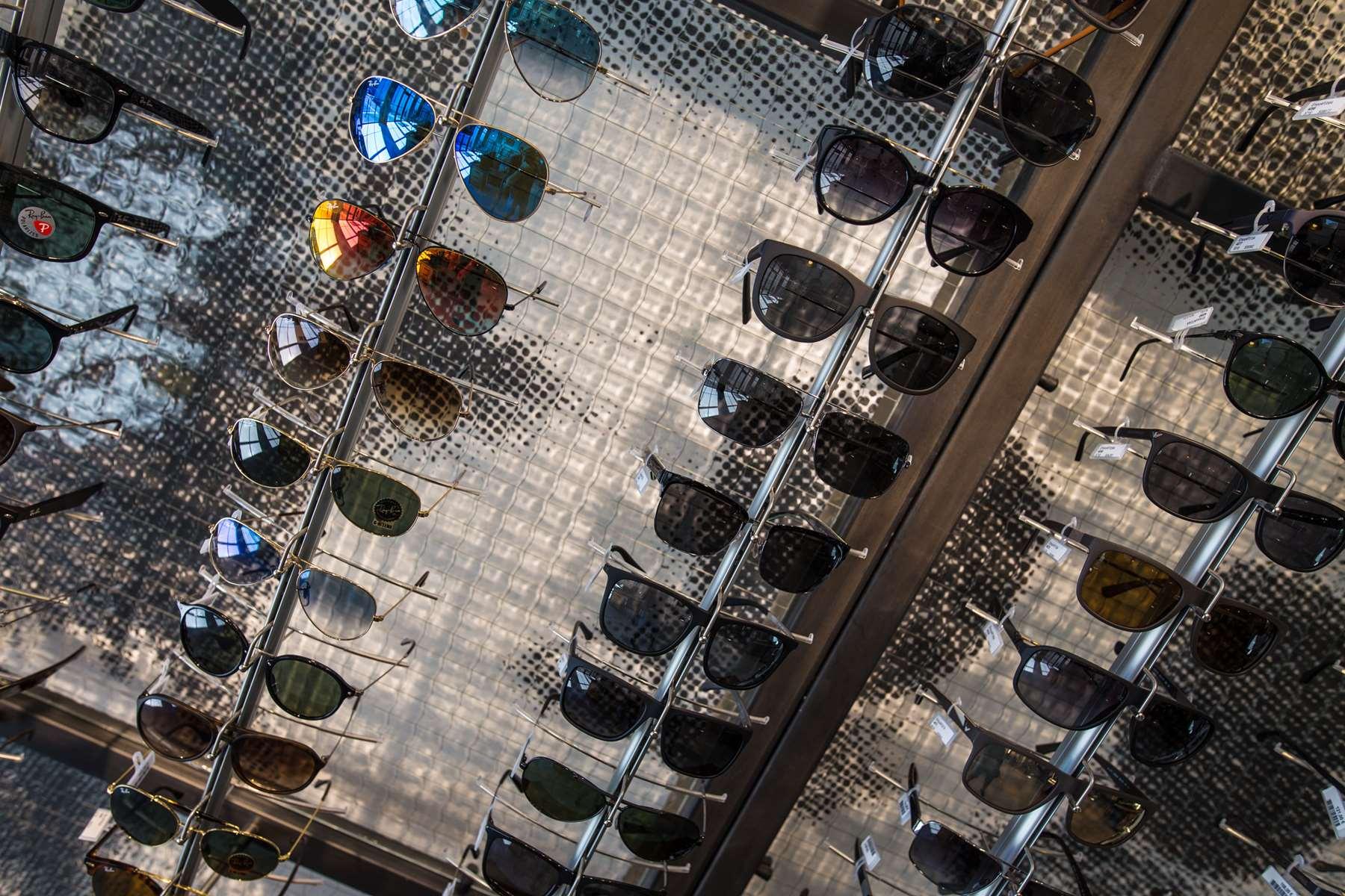 intérieur de l'atelier de l'opticien, lunettes disponibles