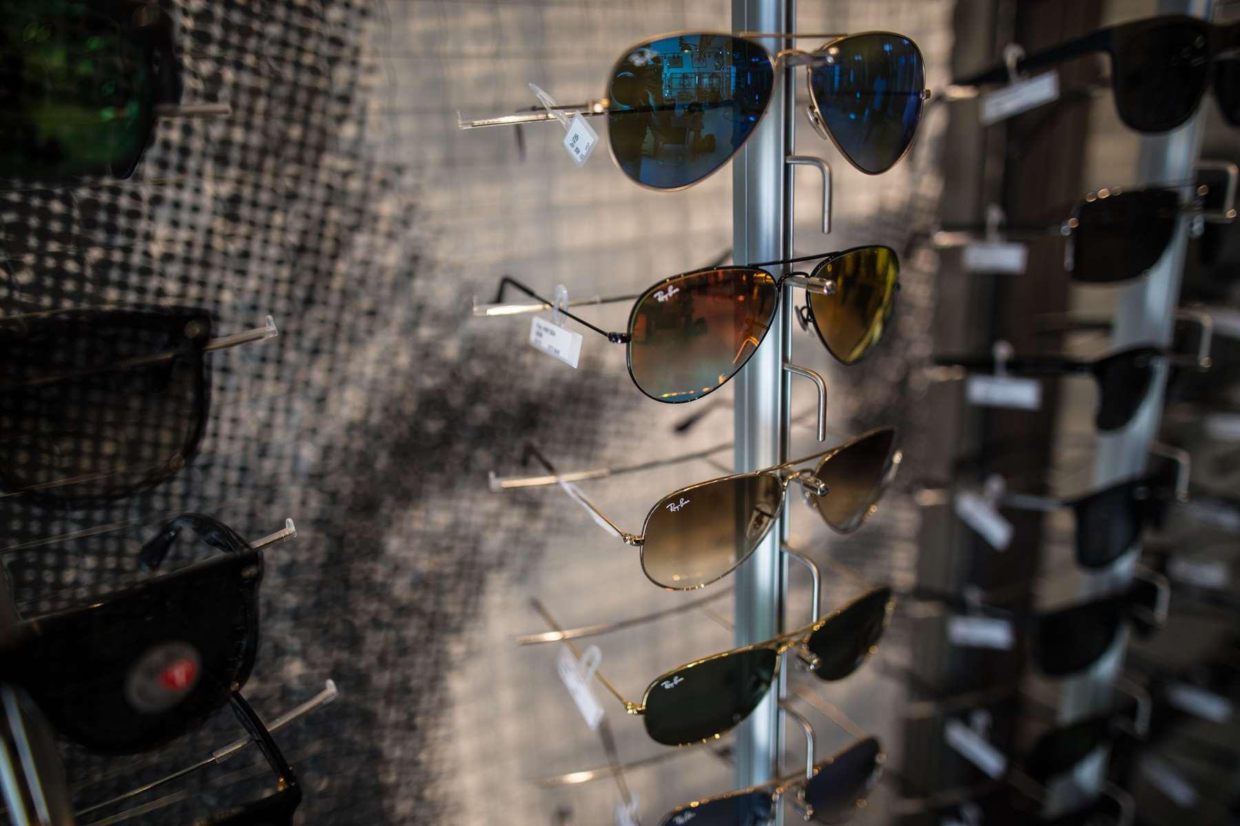 essayer des lentilles chez l opticien Chez l'opticien c'est gratuit et d'ailleur les fournisseurs envoient les lentilles d'essais gratuitement aux opticiensmeme si il s'agit de lentilles chers en ce qui concerne les ophtalmos, il se peut qu'ils aient des frais avec certaines lentilles ou qu'ils n'est pas les meme avantages que nous.